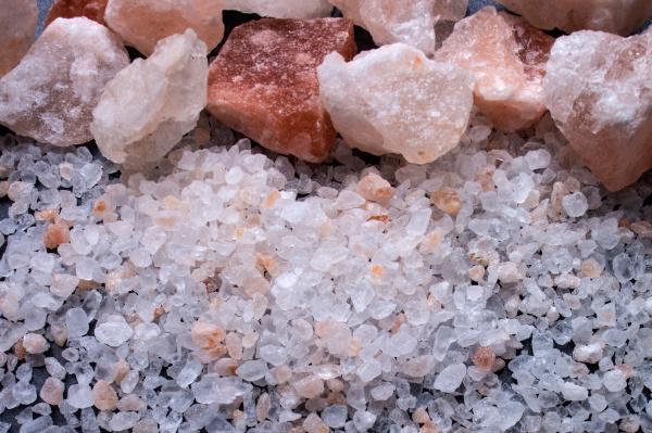 pedacos de sal e sal grosso