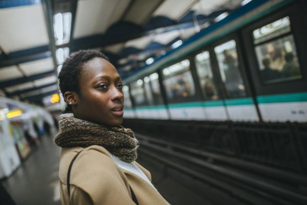 mulher esperar espera estacao trem veiculo