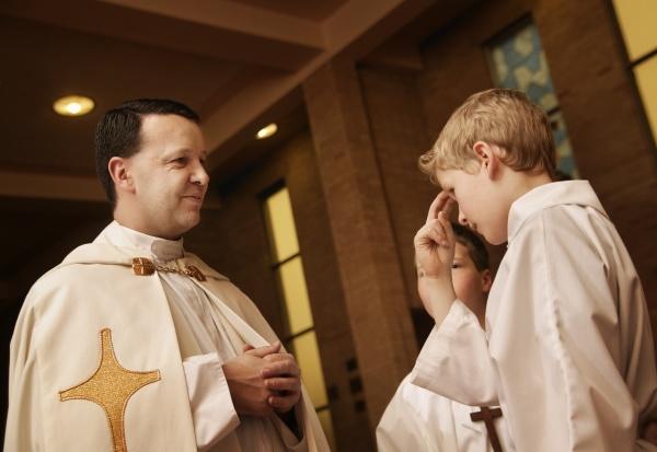 jovem catolico orando