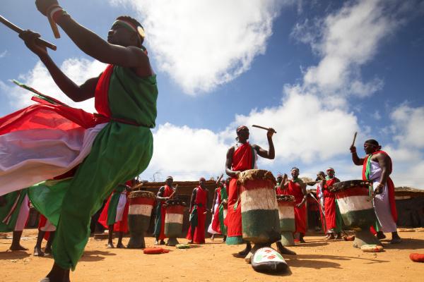 danca tradicional do burundi com tambores