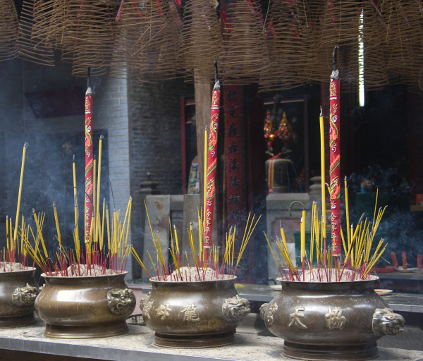 queima de incenso no templo thien