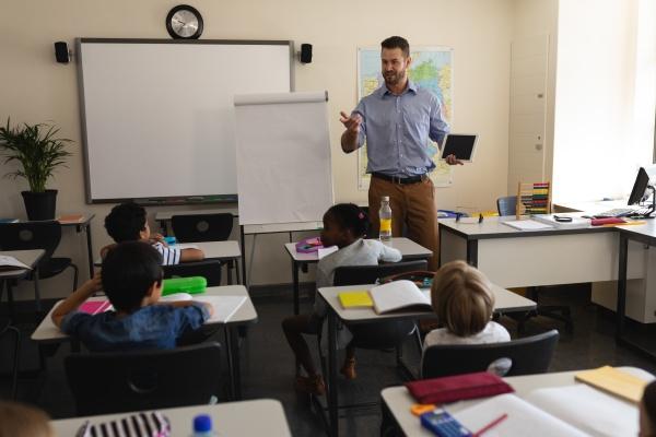 professor de escola lecionando em sala