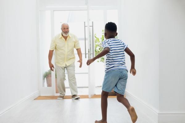 menino, correndo, em, direção, ao, avô - 27577402