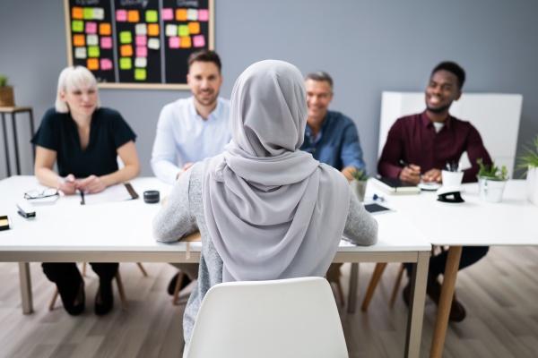 mulher muculmana em hijab sentada em