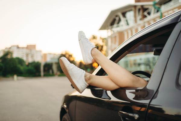 quebra de carro pernas femininas saindo