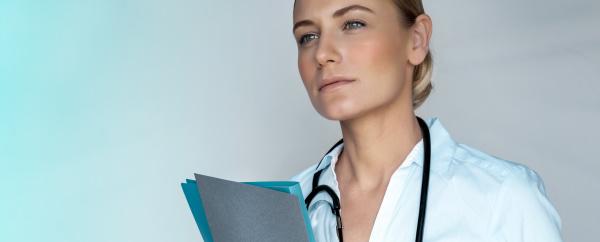 medica mulher seria