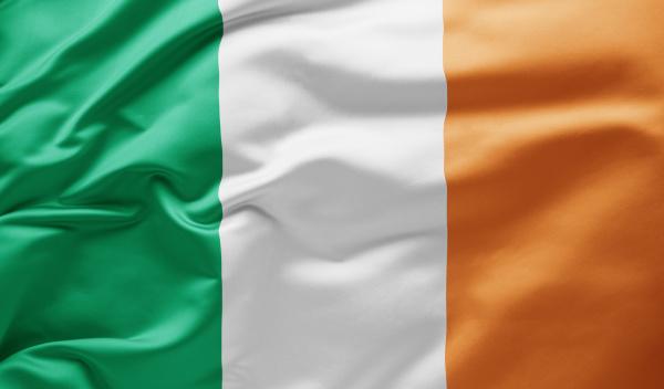 agitando bandeira nacional da irlanda