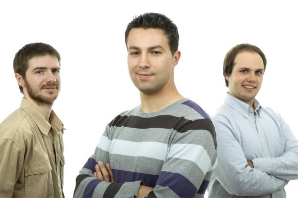 tres homens casuais