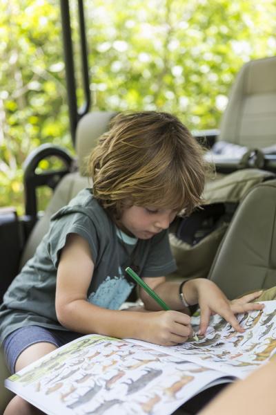 desenho de menino de cinco anos