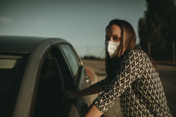 mulher adulta media com mascara protetora