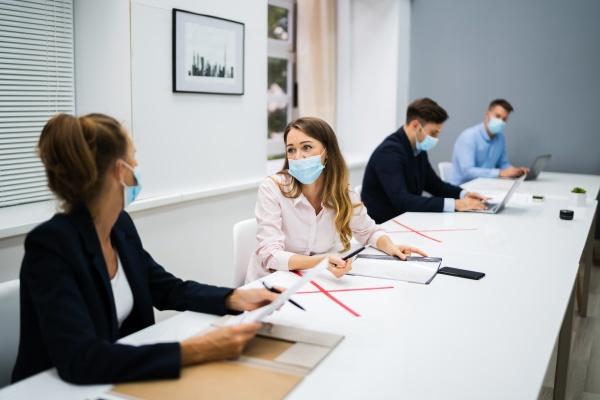 reuniao de escritorio com distanciamento social
