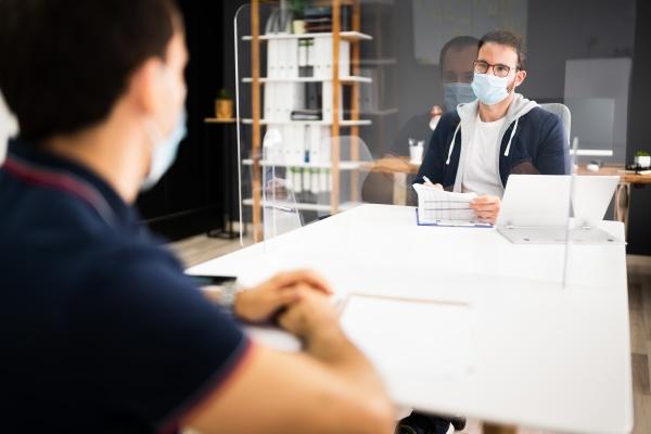 entrevista de emprego com mascara facial