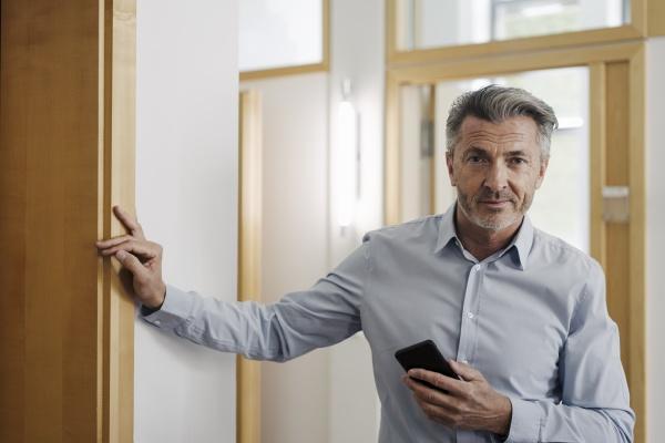 empresario segurando telefone enquanto estava no