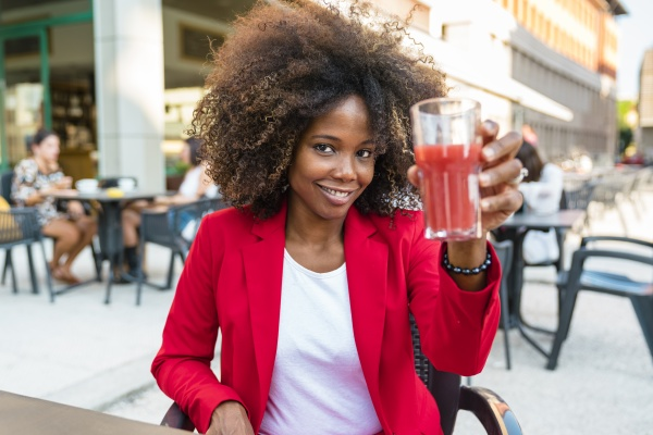 mulher adulta media segurando copo de
