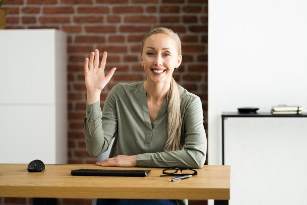 retrato da mulher acenando para webcam