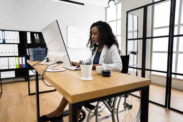 trabalhador africano deficiente em cadeira de
