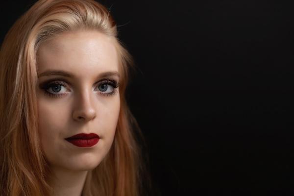 retrato discreto de uma jovem de
