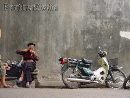 mulher moped parede fachada vietna tricotar