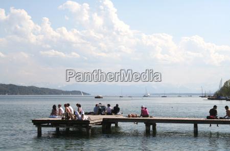 relaxando perto do lago