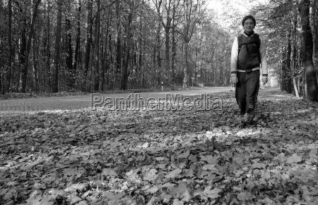 caminhada filho andar mochila folhas de