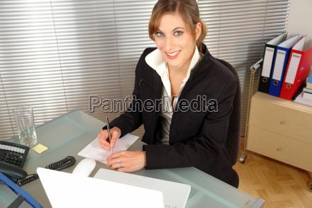 mulher escritorio nota caderno computadores computador