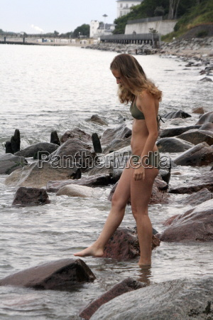 mulher praia beira mar da praia