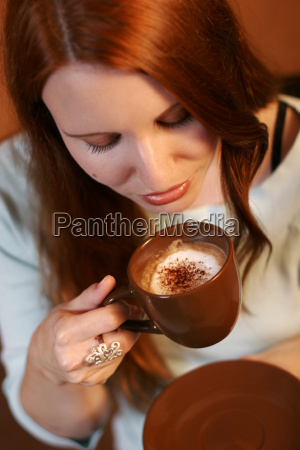 mulher cafe taca mao beber lazer