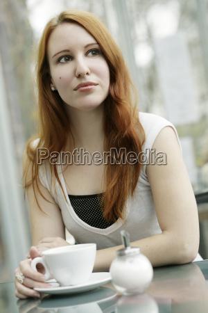 mulher cafe taca esperar espera misturado