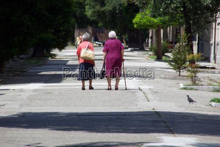 duas senhoras idosas na estrada junto