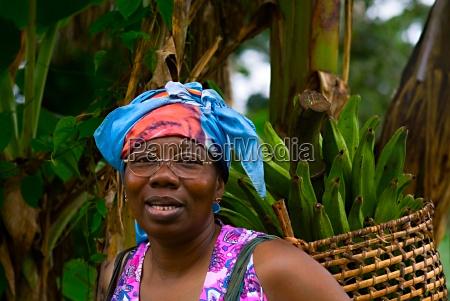madame eloundou transporta bananas para casa