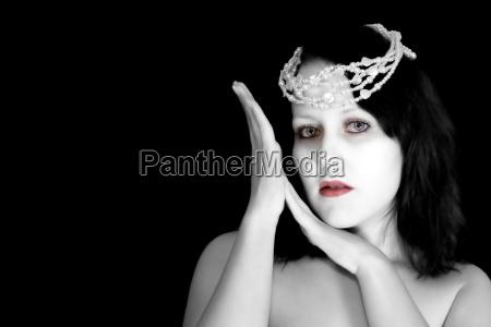 mulher retrato negro caucasiano alienacao