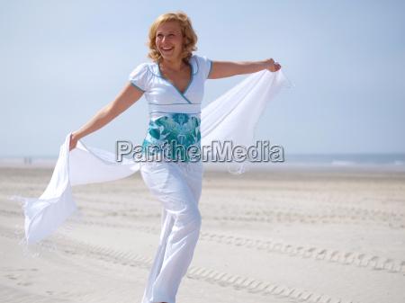 jovem mulher no mar