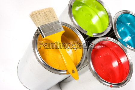 baldes de tinta abertos com pincel