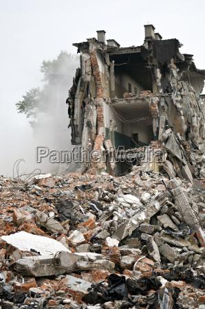 edificio destruido restos serie