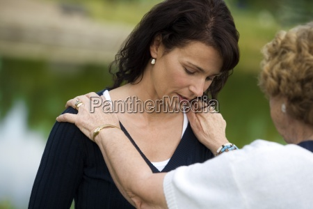 mulher senior que consola sua filha