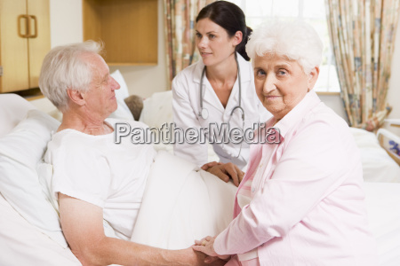 doutor que fala aos pares senior