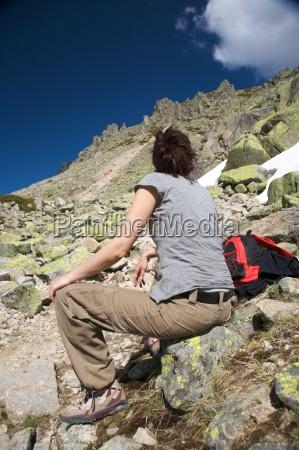mulher descansando entre rochas