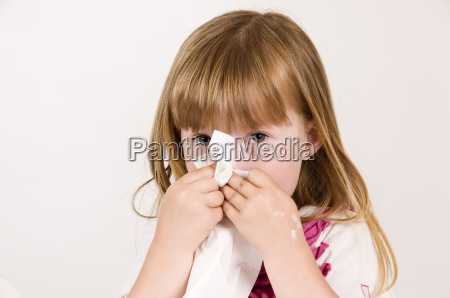 funda o nariz de uma menina