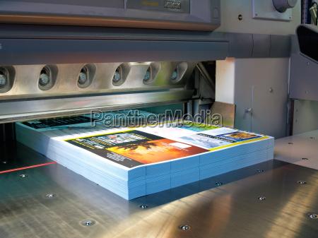 cortador em uma empresa de impressao