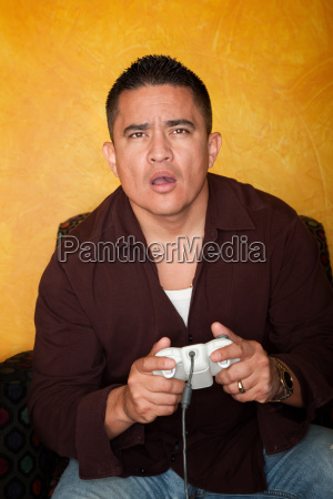homem hispanico bonito jogando videogame
