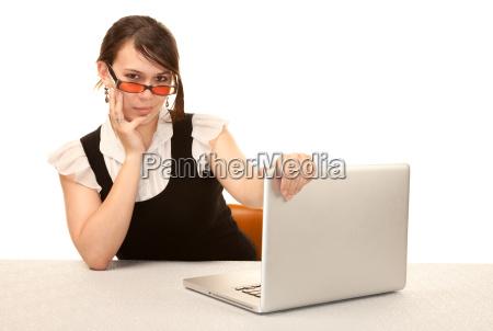 trabalhador de escritorio feminino bonito com