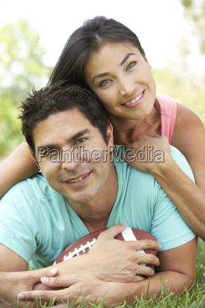 pares no parque com futebol americano