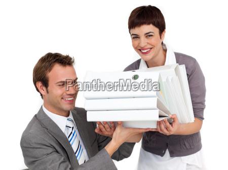 empresaria sorridente trazendo uma pilha de
