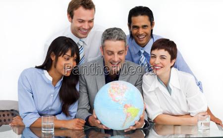 um grupo de negocio que mostra