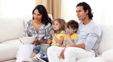 familia de sorriso que presta atencao
