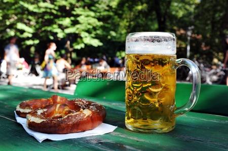 cerveja com breze no jardim da