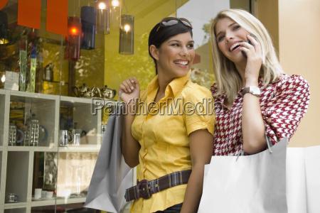 jovem, falando, no, celular, com, outra - 3409607