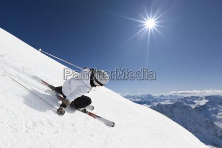 esquiador da montanha do sexo feminino