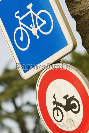 close up de dois signboards da