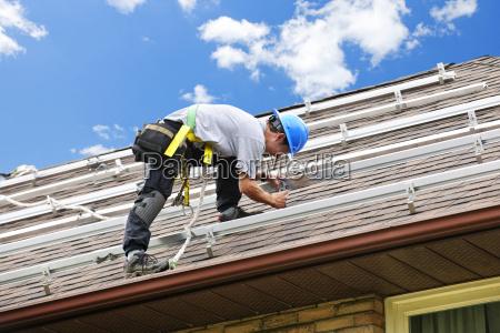 homem que trabalha no telhado que